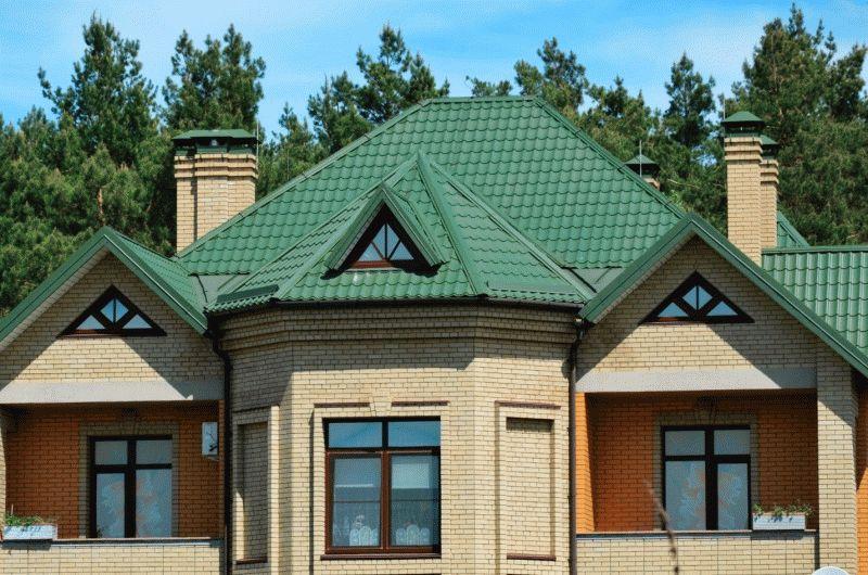 Гараж с вальмовой крышей