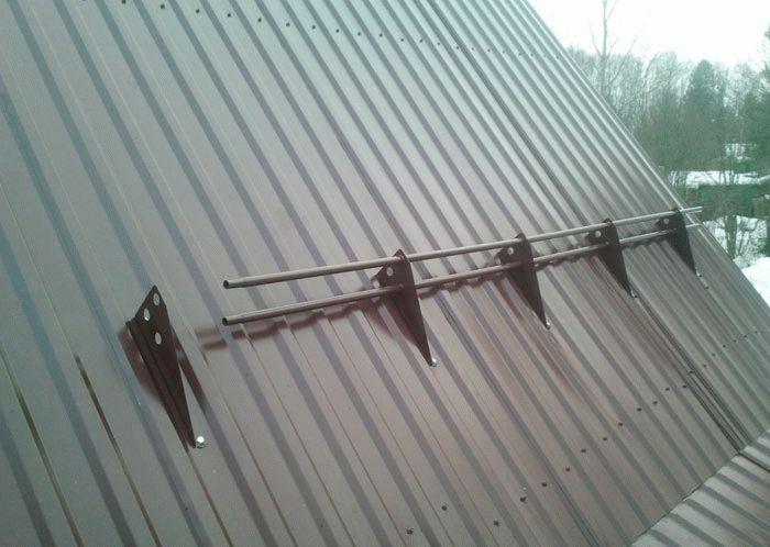 Установка снегозадержателей на крыше из профнастила